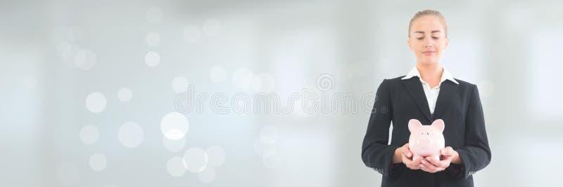 Affärskvinna som rymmer en spargris mot vit bakgrund med signalljus royaltyfri bild