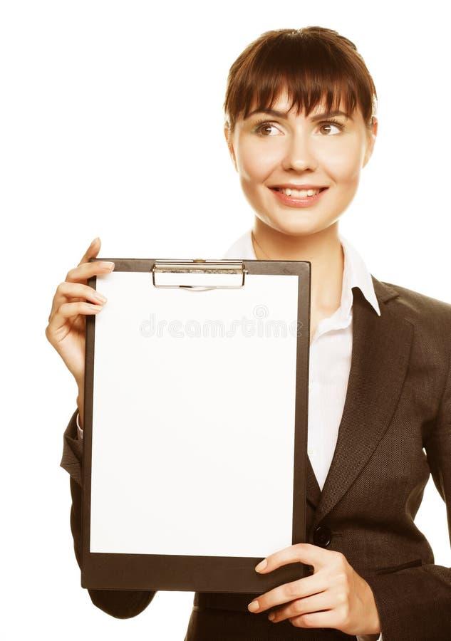 Affärskvinna som rymmer ett tomt vitt bräde royaltyfri foto