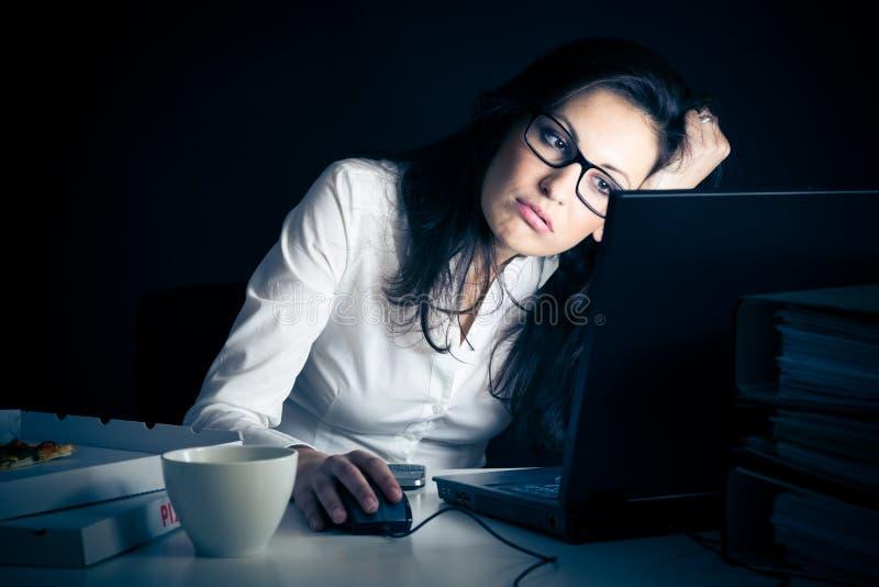 Affärskvinna som sent arbetar royaltyfri bild