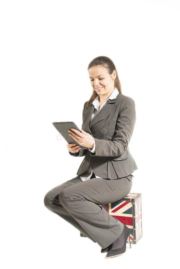 Affärskvinna som ser att le för minnestavla arkivfoton