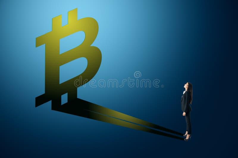 Affärskvinna som ser bitcoinskugga royaltyfri illustrationer