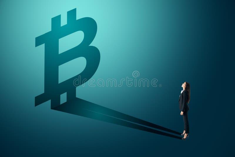 Affärskvinna som ser bitcoinskugga stock illustrationer