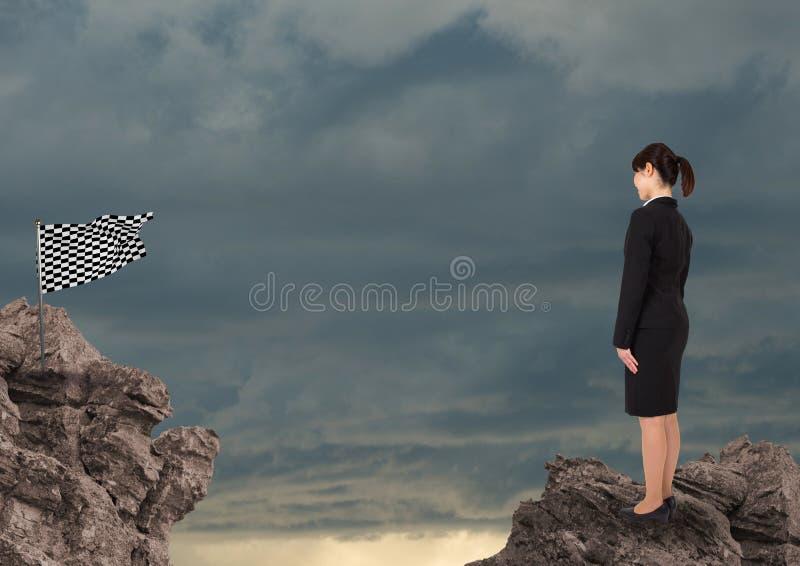Affärskvinna som ser den kontrollerade flaggan mot himmel stock illustrationer