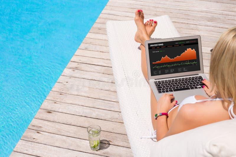 Affärskvinna som ser investera websiten royaltyfri fotografi