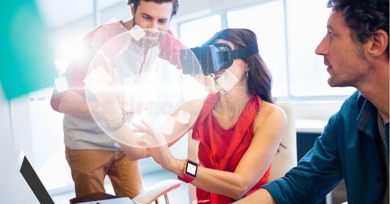 Affärskvinna som ser jordklotet till och med VR-exponeringsglas av kollegor stock illustrationer