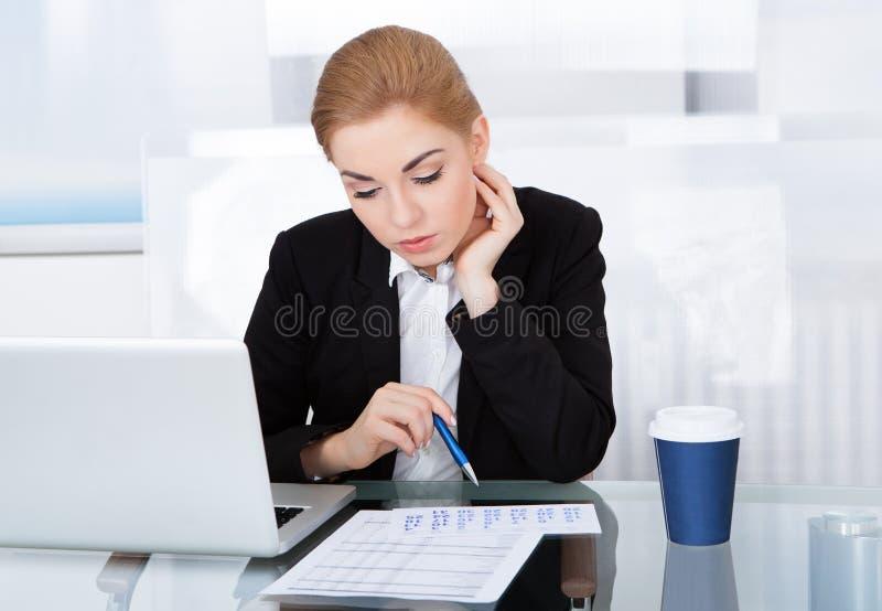 Affärskvinna som ser kalendern royaltyfri foto