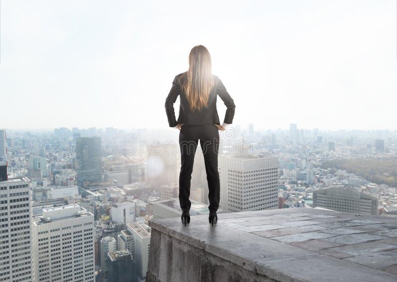 Affärskvinna som ser till framtiden för nytt affärstillfälle fotografering för bildbyråer