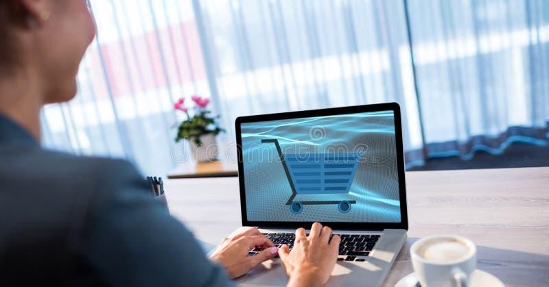 Affärskvinna som shoppar direktanslutet genom att använda bärbara datorn arkivfoton