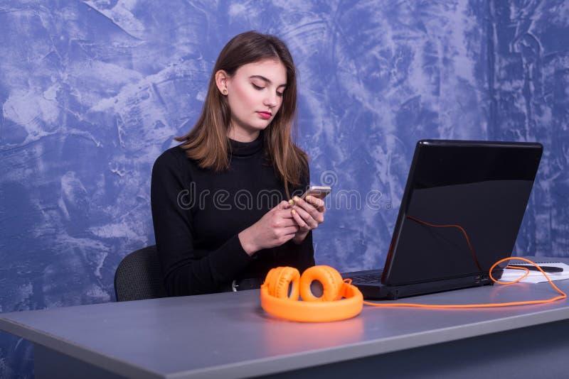 Affärskvinna som sitter på ett datorbärbar datorkontor arkivfoton