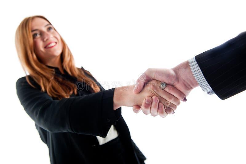 Affärskvinna som skakar händer med en affärsman royaltyfri foto