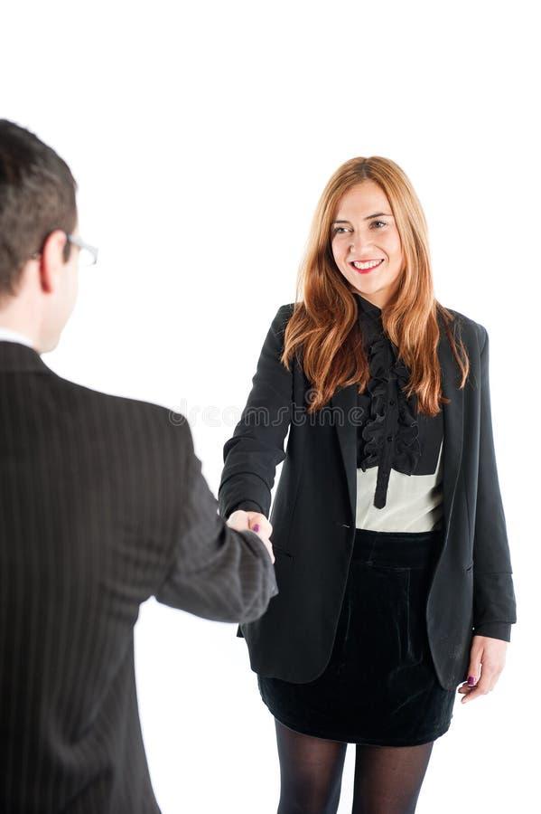 Affärskvinna som skakar händer med en affärsman royaltyfria foton