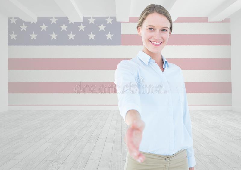 Affärskvinna som skakar hennes hand mot amerikanska flaggan fotografering för bildbyråer