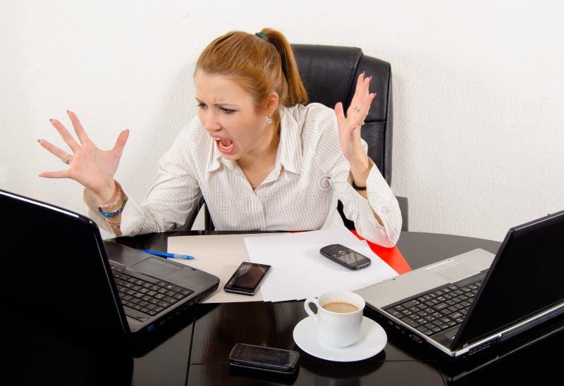 Affärskvinna som skriker i frustration royaltyfria foton