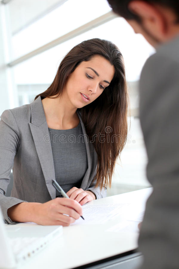 Affärskvinna som skriver en rapport royaltyfria bilder