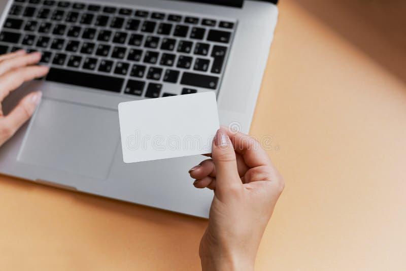 Affärskvinna som skriver och gör on-line betalning med kreditkorten royaltyfria bilder