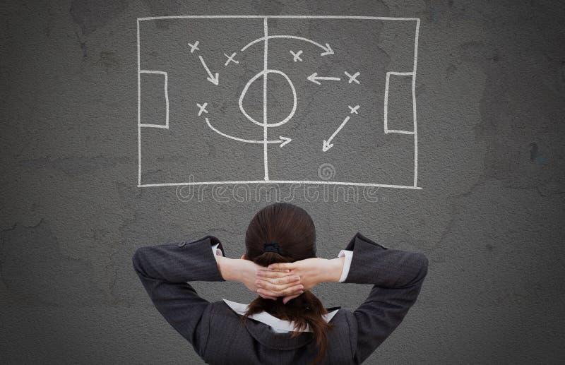 Affärskvinna som strategiskt ser spelplanen royaltyfria bilder