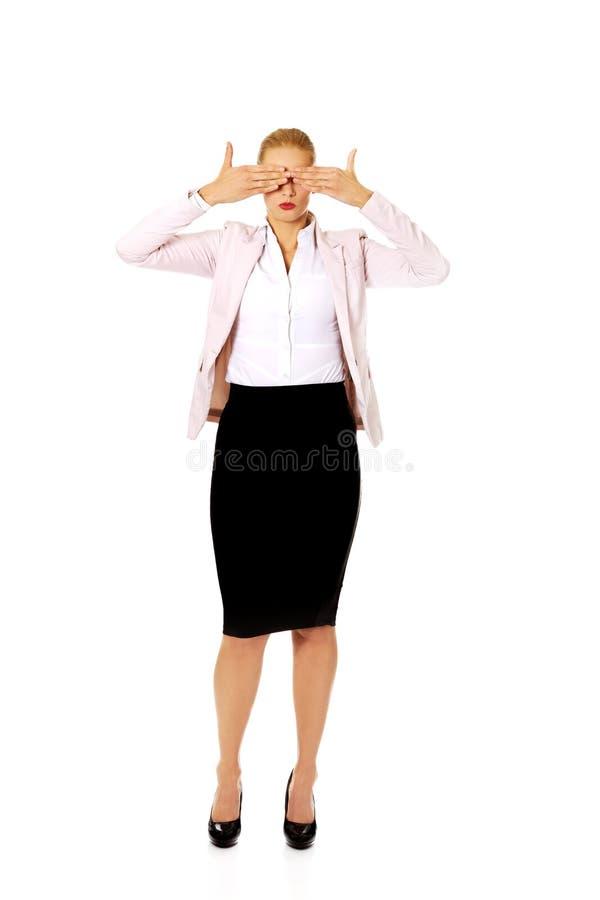 Affärskvinna som täcker henne ögon med hennes händer Se inget ont begrepp fotografering för bildbyråer