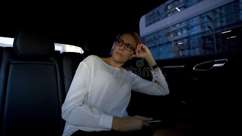 Affärskvinna som tänker över dåliga nyheter från meddelandet, kollaps av aktiemarknaden arkivfoto