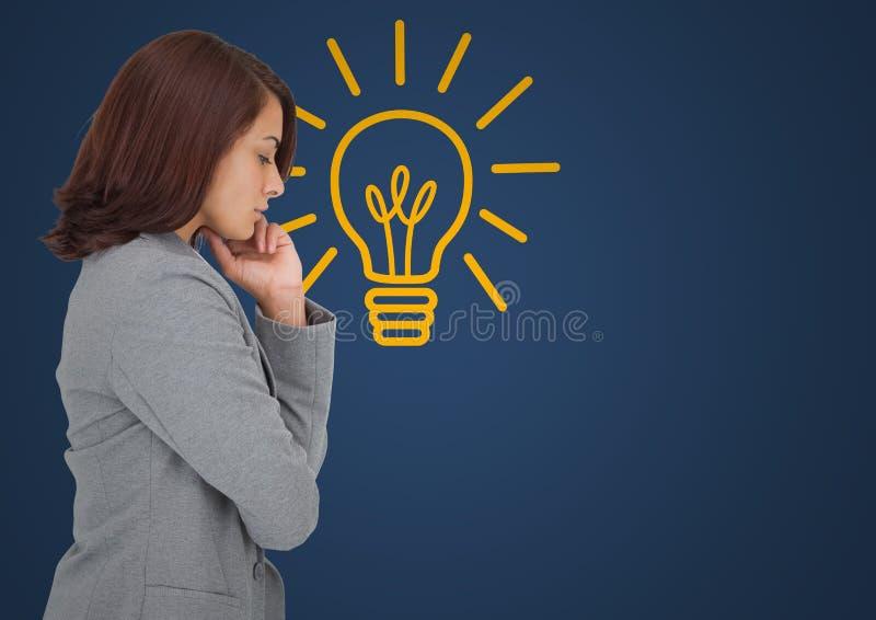 Affärskvinna som tänker mot blå bakgrund med den gula lightbulben arkivbilder