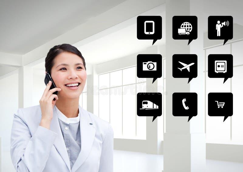 Affärskvinna som talar på mobiltelefonen bredvid applikationsymboler arkivfoto
