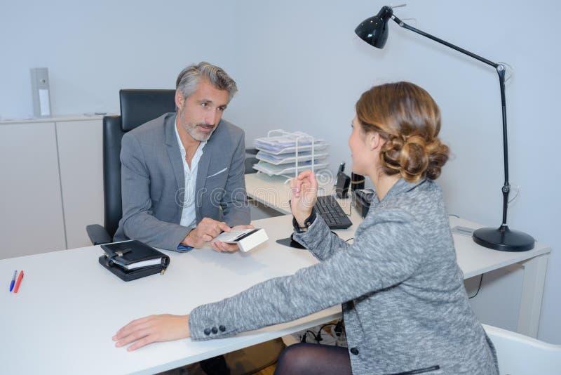 Affärskvinna som talar till den manliga kollegan arkivfoto