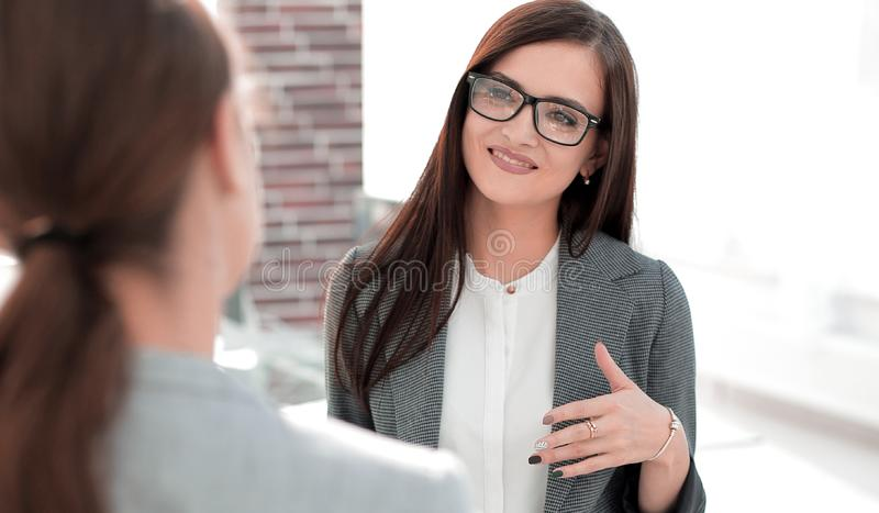 Affärskvinna som talar till en kontorsarbetare arkivfoto