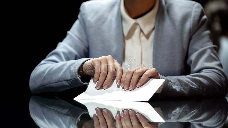 Affärskvinna som tar kuvertet med pengar, korruption och skattebrott, slut upp royaltyfri bild