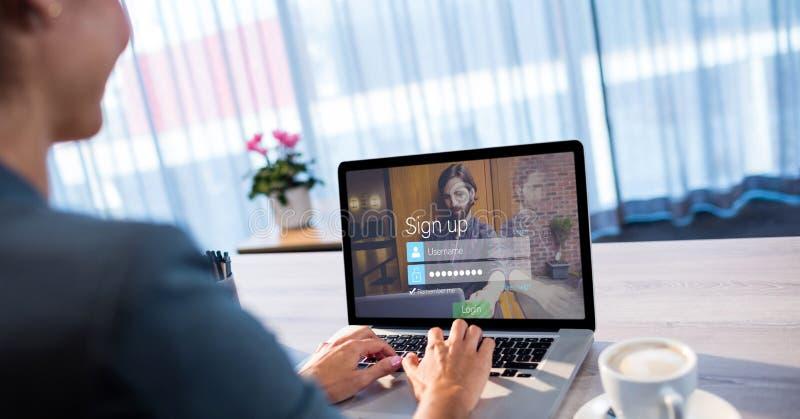 Affärskvinna som undertecknar upp på plats genom att använda bärbara datorn royaltyfri foto