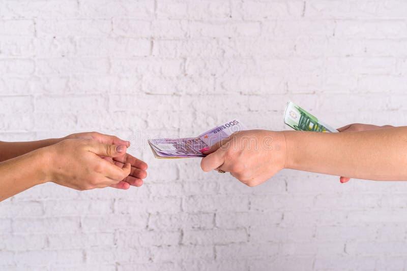 Affärskvinna som utbyter euroräkningar reflexion för pengar för begreppsgodshus verklig royaltyfri foto