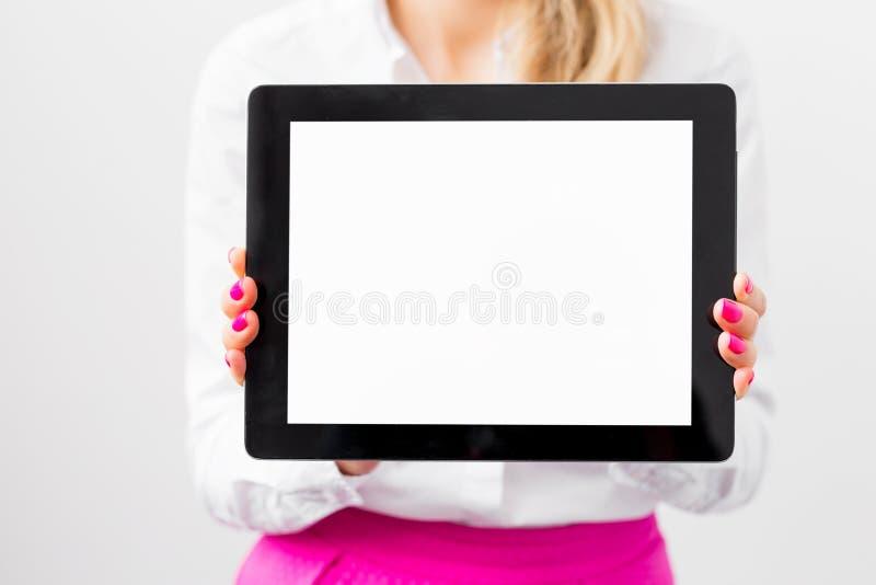 Affärskvinna som visar den tomma skärmen av minnestavladatoren arkivbilder