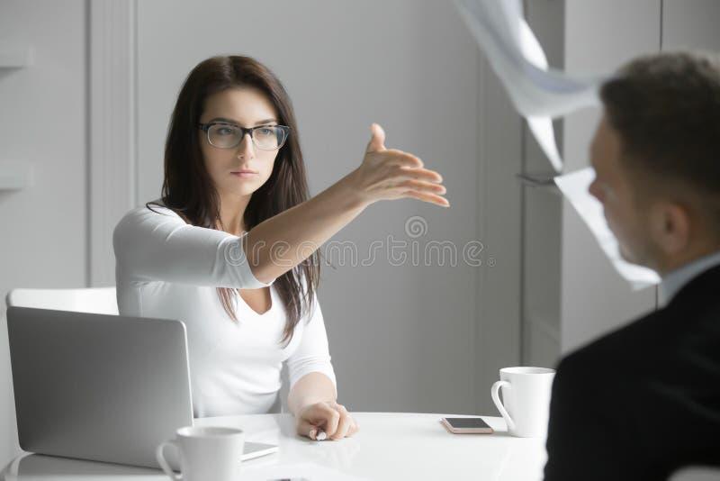 Affärskvinna som visar en man till dörrarna royaltyfria bilder