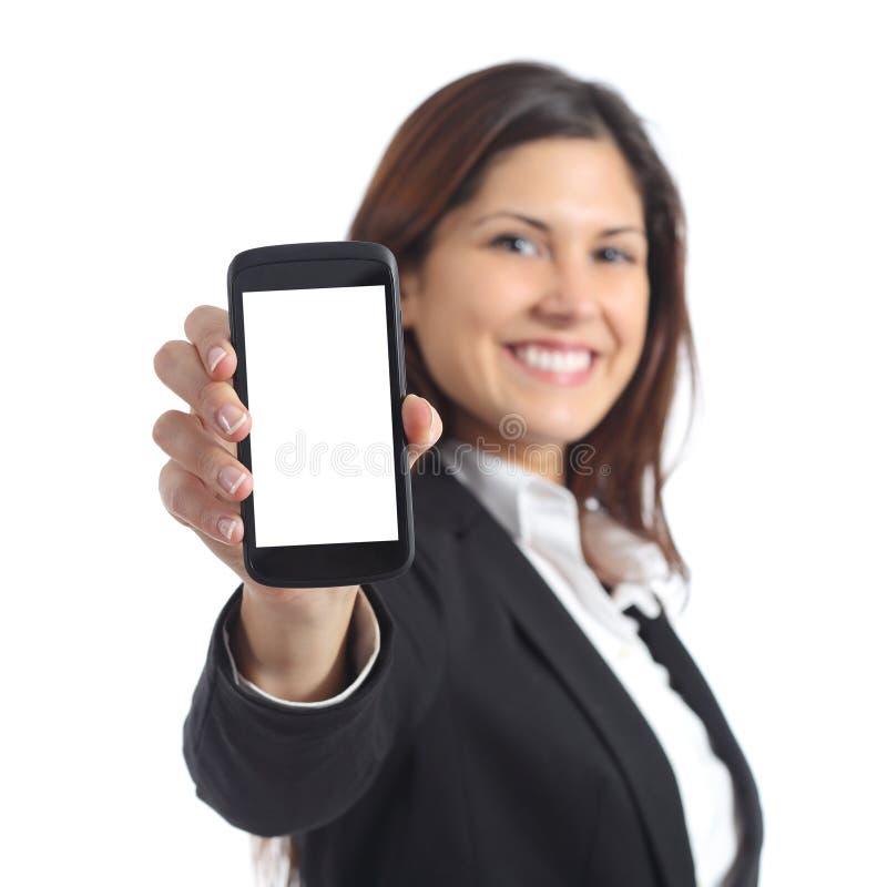 Affärskvinna som visar en tom smart telefonskärm royaltyfri foto