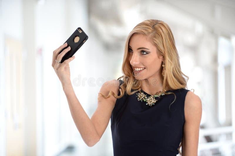Affärskvinna Taking Selfie med mobiltelefonen royaltyfria bilder