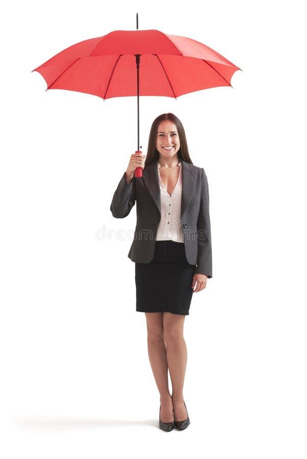 Affärskvinna under det röda paraplyet royaltyfria foton