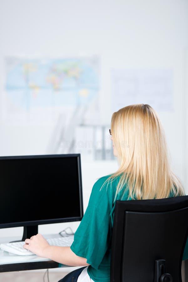 Affärskvinna Using Desktop Computer royaltyfria bilder
