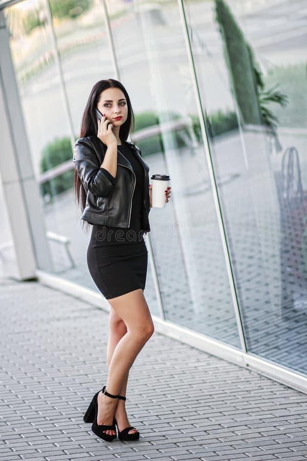 Affärskvinna Using Digital Smartphone och drinkkaffe nära Bes fotografering för bildbyråer