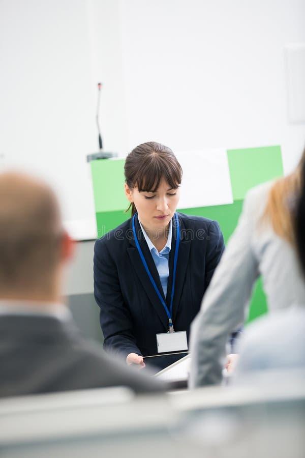 Affärskvinna Using Digital Tablet i hörsal royaltyfri foto