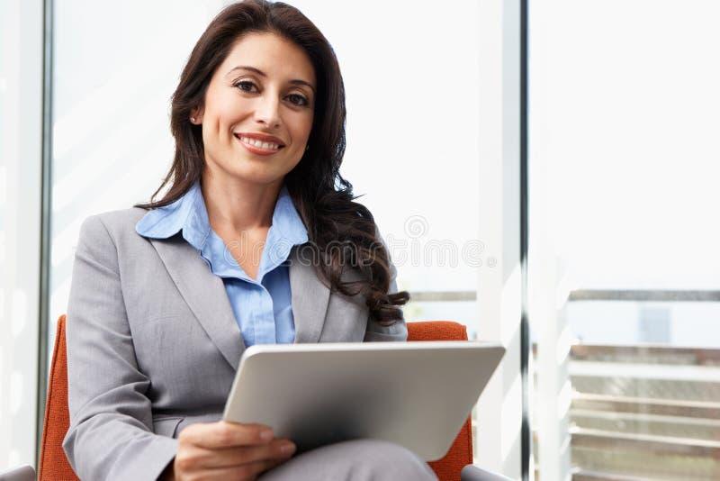 Affärskvinna Using Digital Tablet i regeringsställning fotografering för bildbyråer