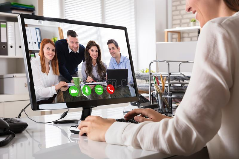 Affärskvinna Videoconferencing On Computer royaltyfria foton