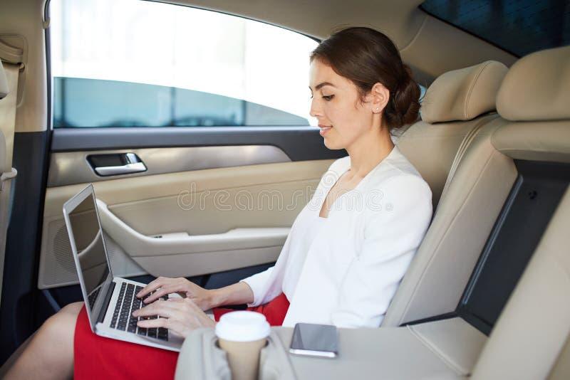 Affärskvinna Working i bil royaltyfri fotografi