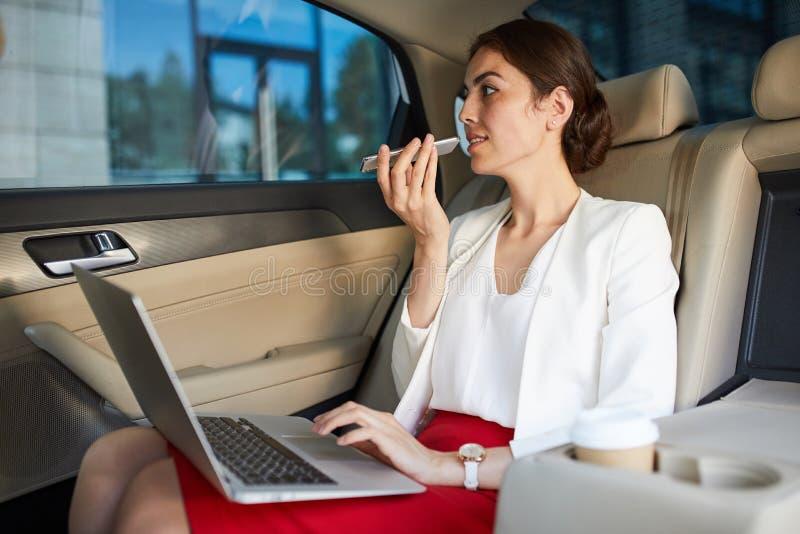 Affärskvinna Working i bil fotografering för bildbyråer