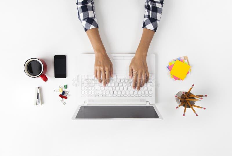 Affärskvinna Working At Notebook royaltyfria foton