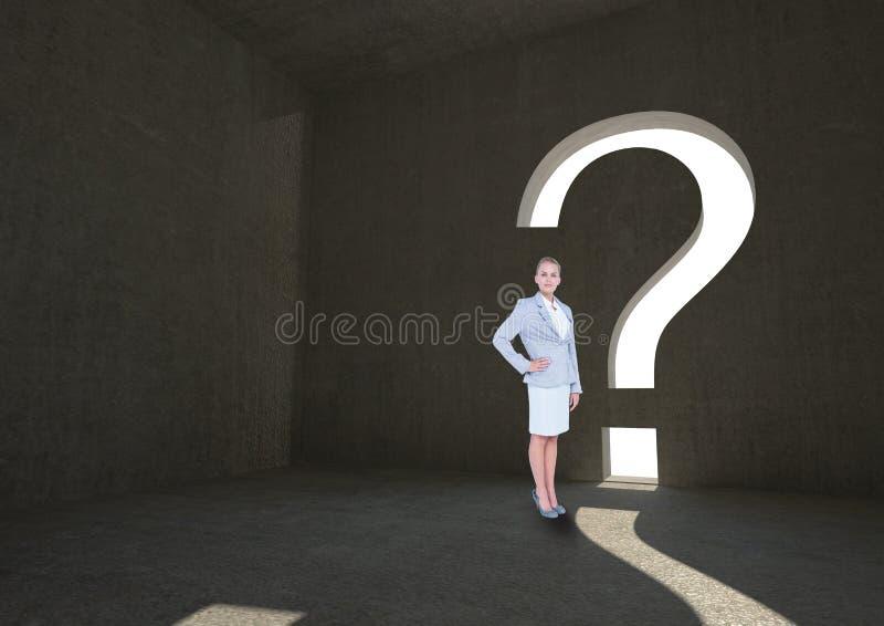 Affärskvinnaanseende vid dörröppningen för form för frågefläck arkivfoton