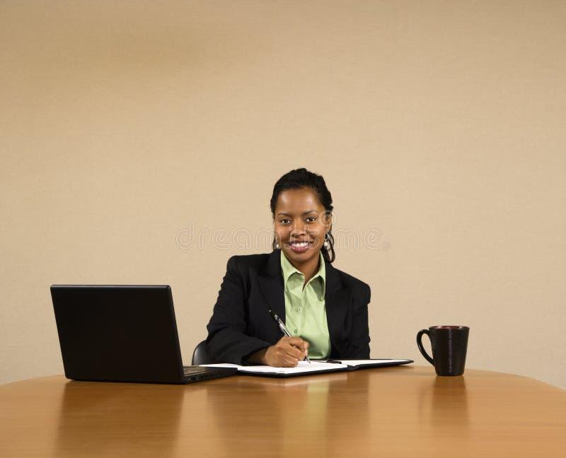 affärskvinnaarbete arkivbilder