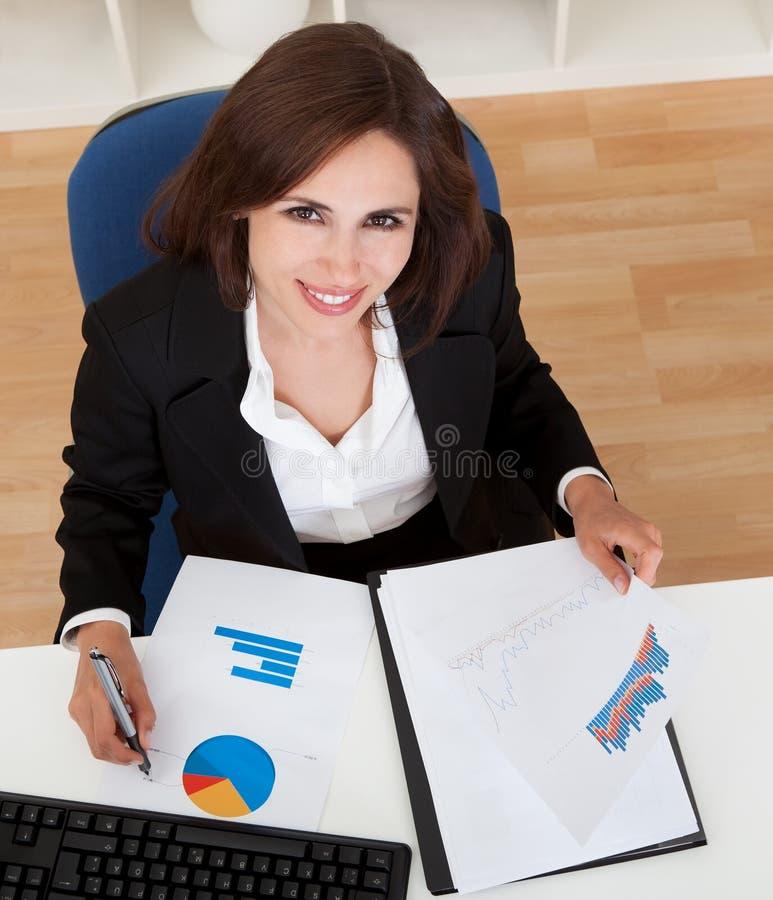 Affärskvinnaarbete i regeringsställning royaltyfri foto
