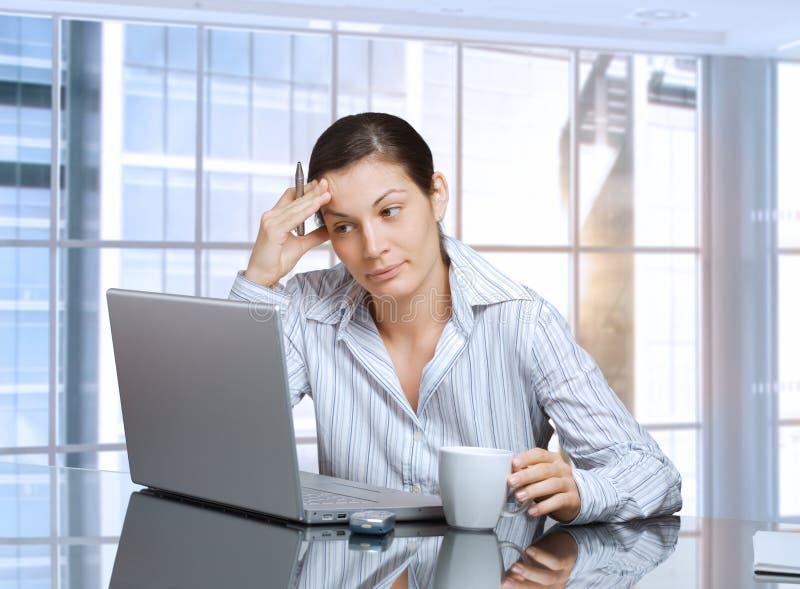 affärskvinnabärbar dator arkivbilder