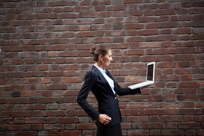 affärskvinnabärbar dator royaltyfria foton