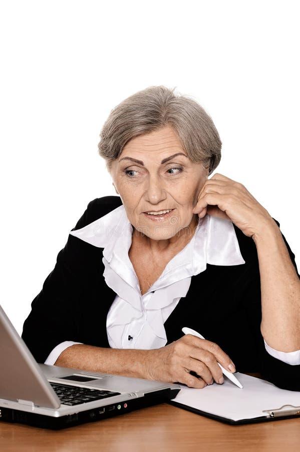 affärskvinnabärbar datorpensionär royaltyfri bild