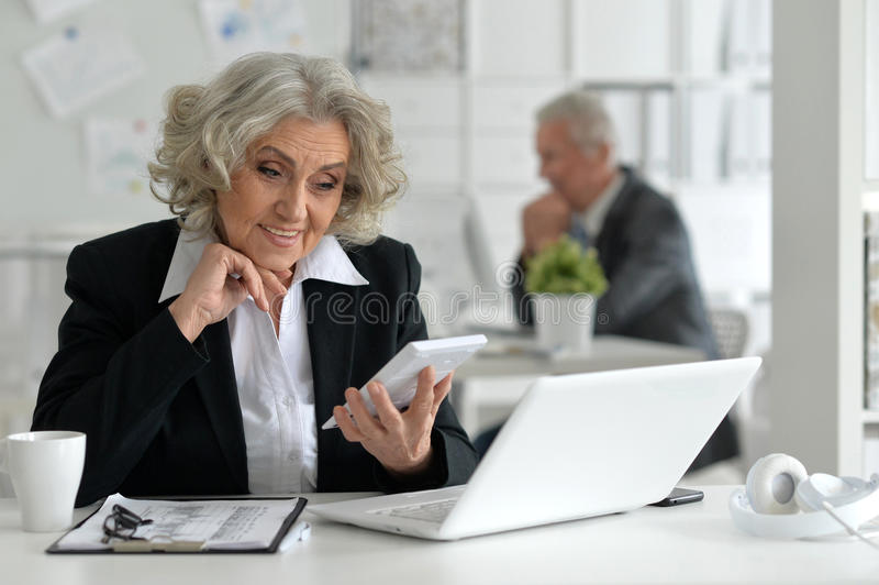 affärskvinnabärbar datorpensionär arkivbilder