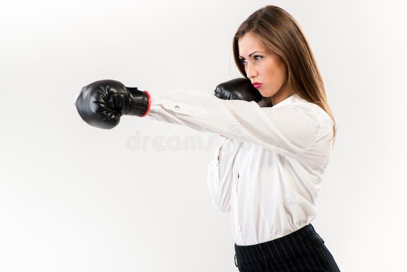 Affärskvinnaboxning royaltyfri fotografi